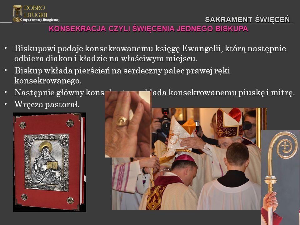 SAKRAMENT ŚWIĘCEŃ Biskupowi podaje konsekrowanemu księgę Ewangelii, którą następnie odbiera diakon i kładzie na właściwym miejscu. Biskup wkłada pierś