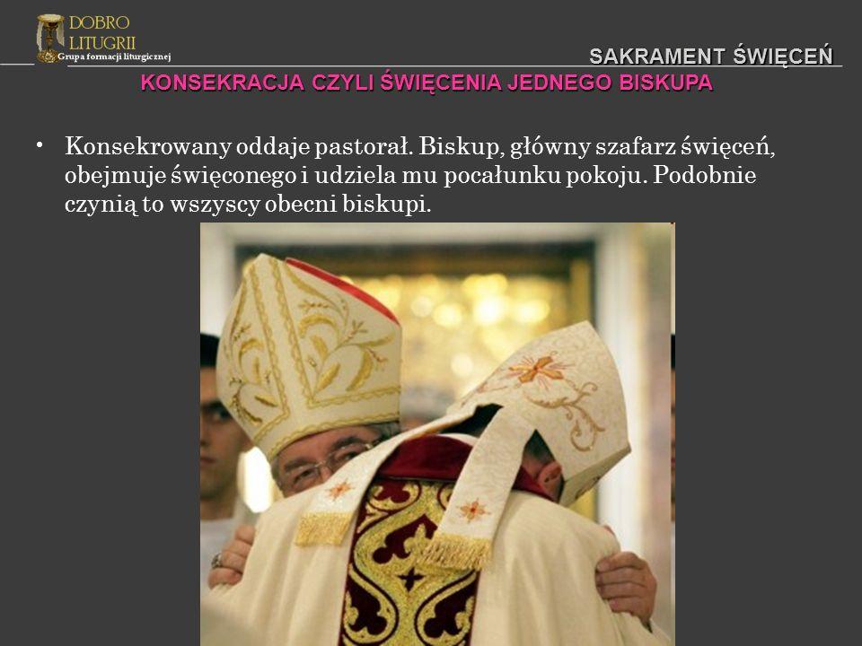 SAKRAMENT ŚWIĘCEŃ Konsekrowany oddaje pastorał. Biskup, główny szafarz święceń, obejmuje święconego i udziela mu pocałunku pokoju. Podobnie czynią to