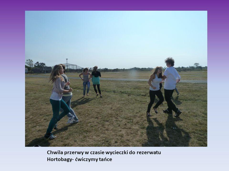 Chwila przerwy w czasie wycieczki do rezerwatu Hortobagy- ćwiczymy tańce