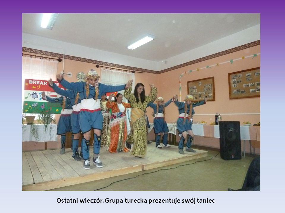 Ostatni wieczór. Grupa turecka prezentuje swój taniec