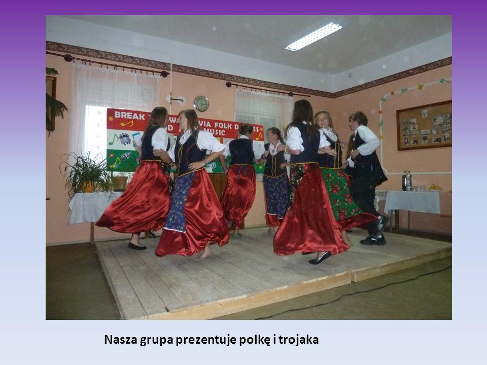 Nasza grupa prezentuje polkę i trojaka