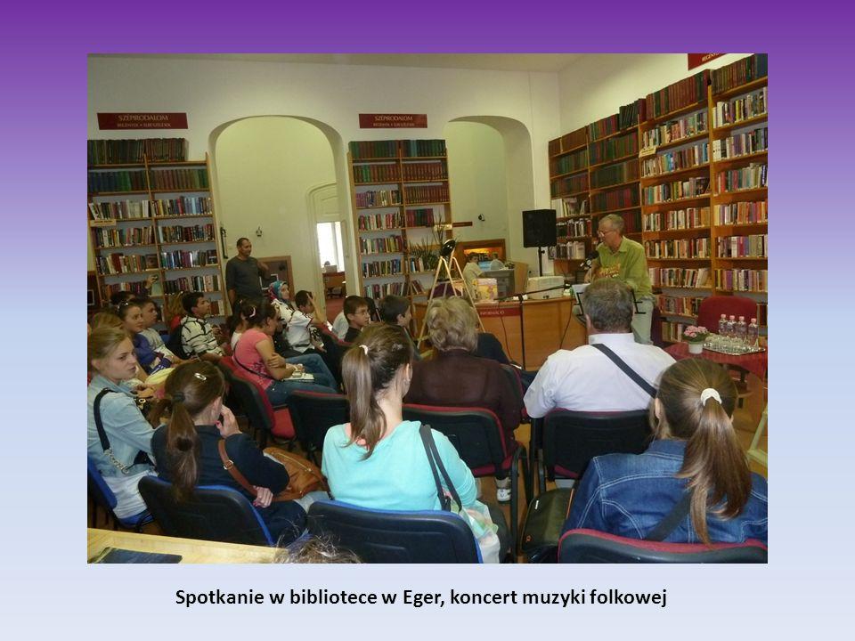 Spotkanie w bibliotece w Eger, koncert muzyki folkowej