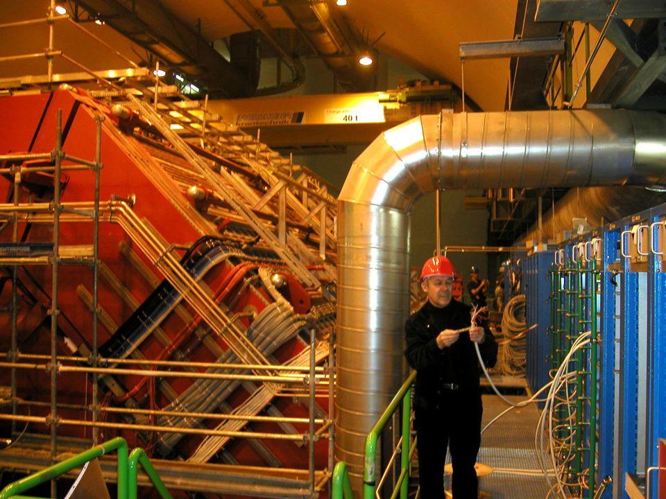 ...jako ludzie Dr Radomir Kupczak (elektronik) Michał Olędzki (student fizyki) Prof. Władysław Trzaska (fizyk) CERN w tle – detektor ALICE w fazie kon