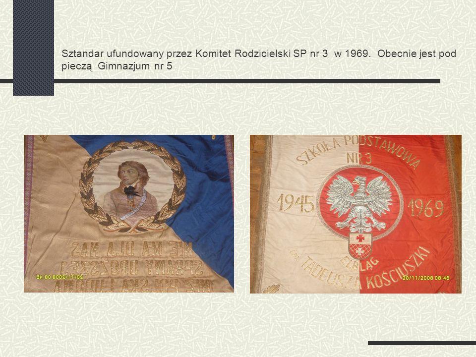 Sztandar ufundowany przez Komitet Rodzicielski SP nr 3 w 1969. Obecnie jest pod pieczą Gimnazjum nr 5