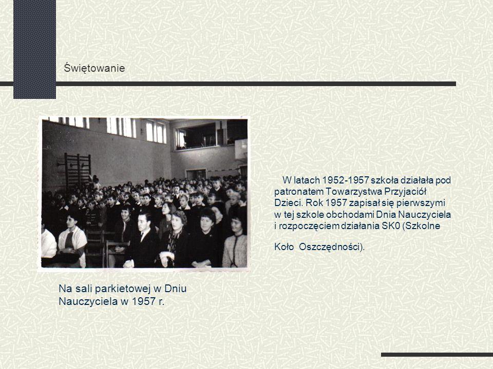 Świętowanie W latach 1952-1957 szkoła działała pod patronatem Towarzystwa Przyjaciół Dzieci. Rok 1957 zapisał się pierwszymi w tej szkole obchodami Dn