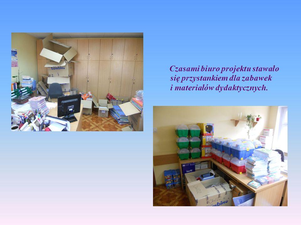 Czasami biuro projektu stawało się przystankiem dla zabawek i materiałów dydaktycznych.
