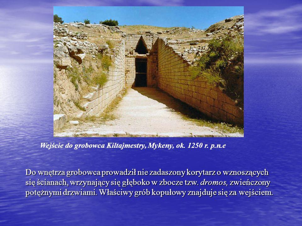 Do wnętrza grobowca prowadził nie zadaszony korytarz o wznoszących się ścianach, wrzynający się głęboko w zbocze tzw.
