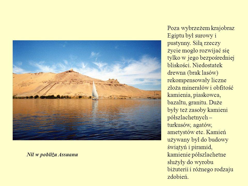 Pierwotną formą grobowca była mastaba – kopiec w kształcie nasypu ziemnego o ukośnych ścianach.