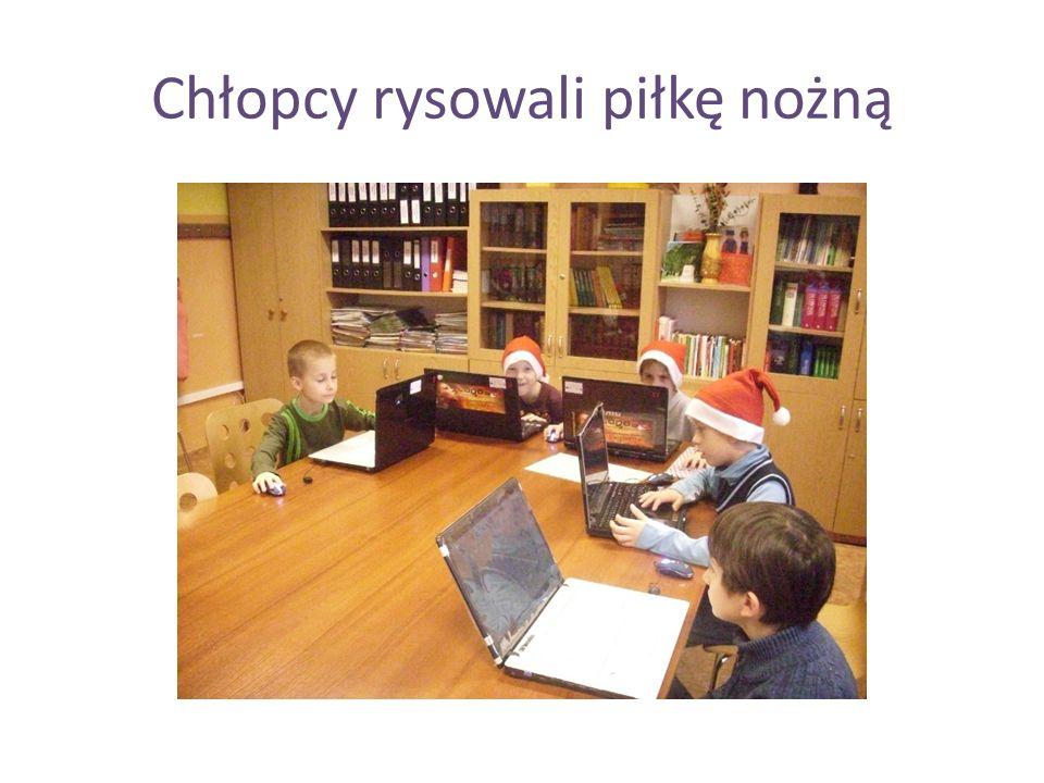 Chłopcy rysowali piłkę nożną
