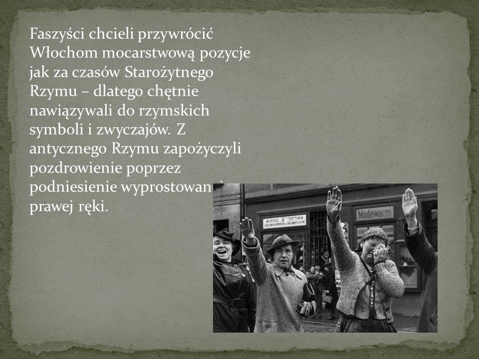 Faszystowskie slogany Me ne frego, Nie obchodzi mnie to – motto włoskiego faszyzmu; Libro e moschetto – fascista perfetto, Książka i muszkiet – tworzą faszystę doskonałego; Viva la Morte, Niech żyje śmierć (poświęcenie); Tutto nello Stato, niente al di fuori dello Stato, nulla contro lo Stato, Wszystko w Państwie, nic poza Państwem, nic przeciw Państwu; Credere, Obbedire, Combattere, Wierzyć, Słuchać, Walczyć