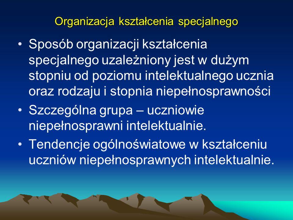 Organizacja kształcenia specjalnego Sposób organizacji kształcenia specjalnego uzależniony jest w dużym stopniu od poziomu intelektualnego ucznia oraz