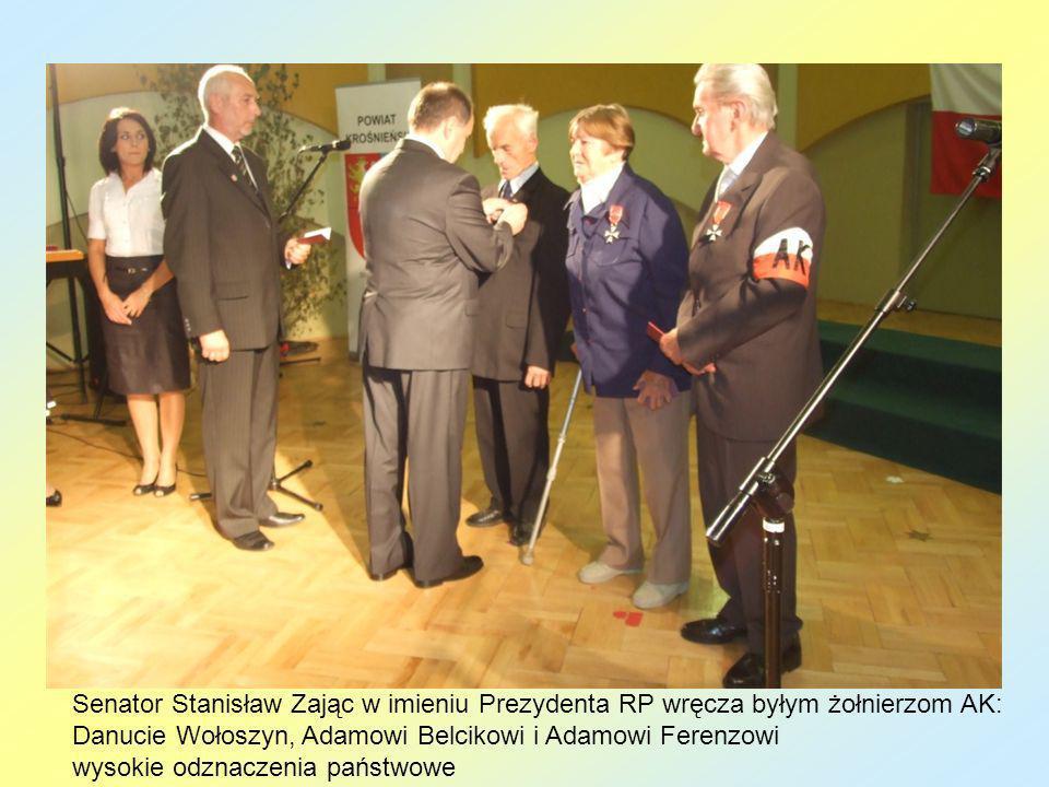 Senator Stanisław Zając w imieniu Prezydenta RP wręcza byłym żołnierzom AK: Danucie Wołoszyn, Adamowi Belcikowi i Adamowi Ferenzowi wysokie odznaczeni