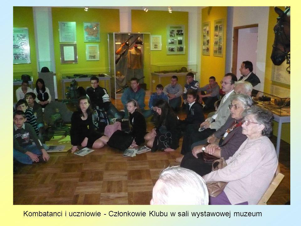Kombatanci i uczniowie - Członkowie Klubu w sali wystawowej muzeum