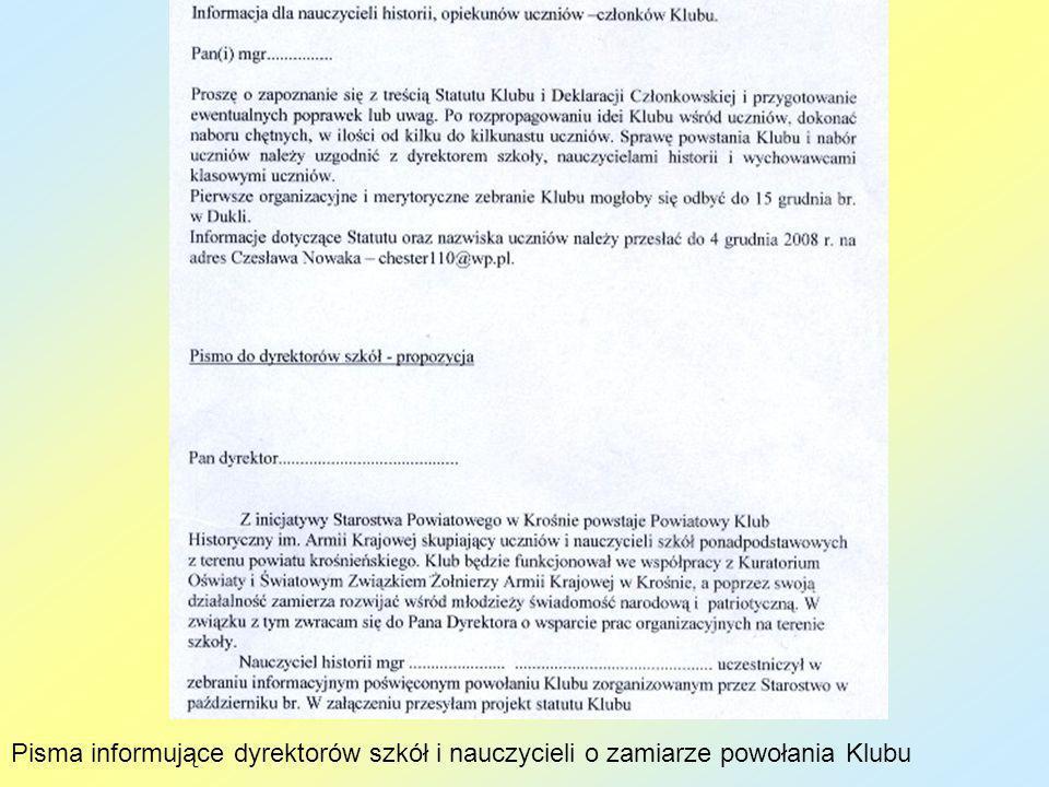Wicestarosta Andrzej Guzik wręcza dyplom uczestniczce Konkursu wiedzy o Armii Krajowej