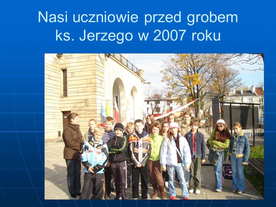 Nasi uczniowie przed grobem ks. Jerzego w 2007 roku