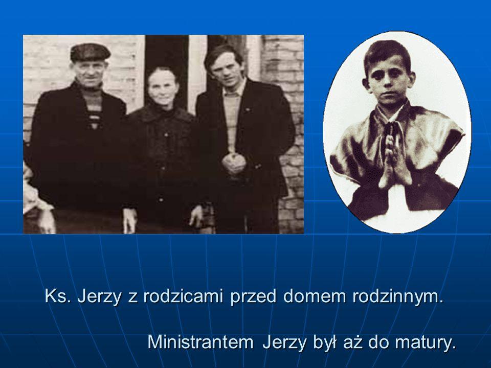 Ks. Jerzy z rodzicami przed domem rodzinnym. Ministrantem Jerzy był aż do matury.
