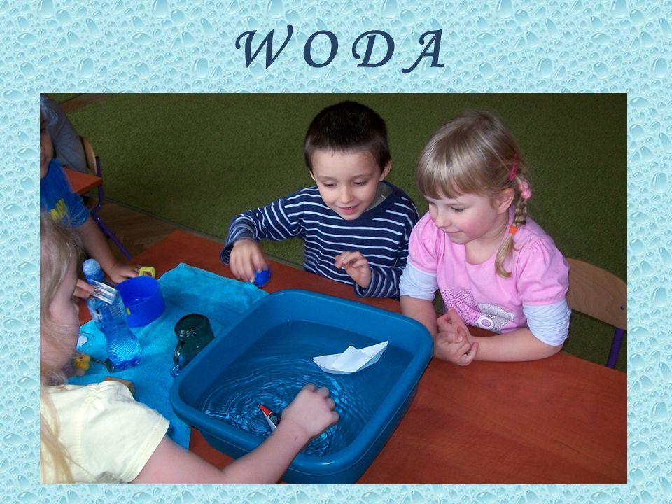 Dzieci wspólnie z rodzicami stworzyły w przedszkolu wystawę Warzywnych kukiełek.
