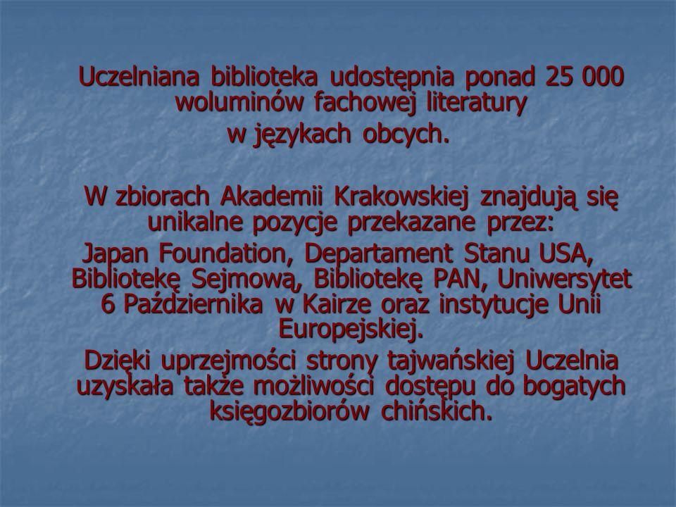 Uczelniana biblioteka udostępnia ponad 25 000 woluminów fachowej literatury w językach obcych.