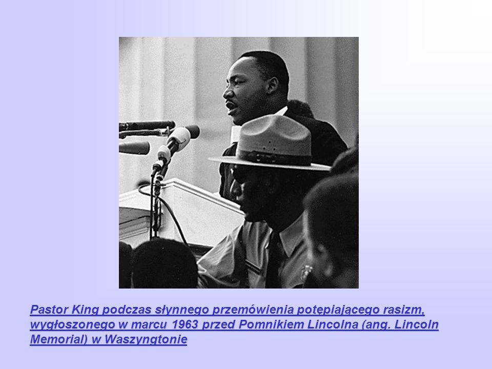 Pastor King podczas słynnego przemówienia potępiającego rasizm, wygłoszonego w marcu 1963 przed Pomnikiem Lincolna (ang. Lincoln Memorial) w Waszyngto
