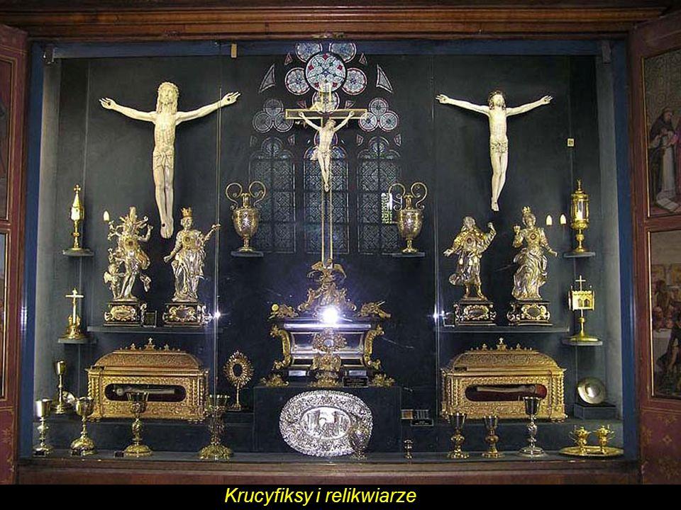 Krucyfiksy i relikwiarz.