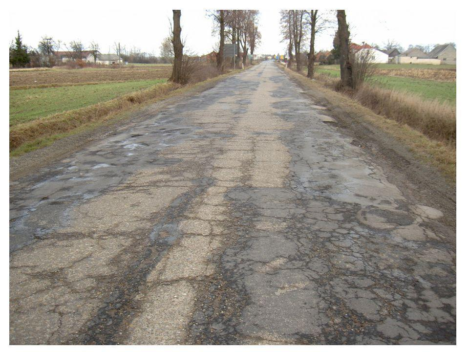 Zły stan nawierzchni podatnych (mineralno-bitumicznych): - zdewastowane warstwy mineralno-bitumiczne - zdegradowana podbudowa w wyniku przeciążenia ruchem (zmęczenie materiału) - koleiny strukturalne (materiał drogowy został wciśnięty w słabe podłoże gruntowe) Kolejne nakładki warstw ścieralnych nie mają sensu, następuje standardowa decyzja: - rozbiórka i odbudowa całej konstrukcji nawierzchni drogowej - zamknięty zostaje ruch na dłuższy czas - objazdy po sąsiednich nie lepszych drogach - wymiana całkowita materiałów nawierzchni Proces uciążliwy, materiałochłonny i kosztowny.