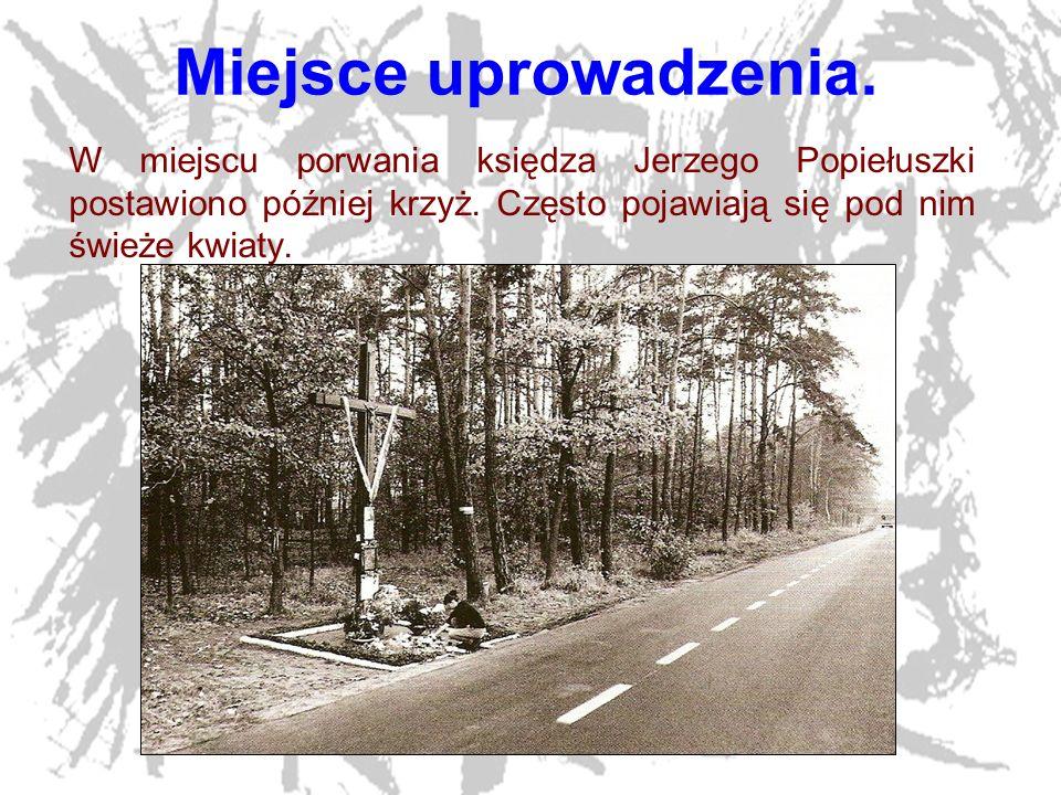17 Miejsce uprowadzenia. W miejscu porwania księdza Jerzego Popiełuszki postawiono później krzyż. Często pojawiają się pod nim świeże kwiaty.