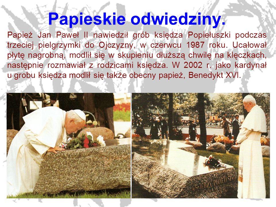 21 Papieskie odwiedziny. Papież Jan Paweł II nawiedził grób księdza Popiełuszki podczas trzeciej pielgrzymki do Ojczyzny, w czerwcu 1987 roku. Ucałowa