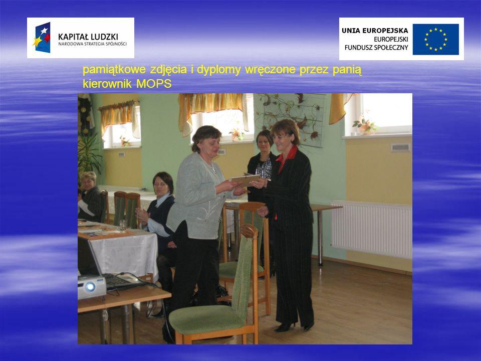 pamiątkowe zdjęcia i dyplomy wręczone przez panią kierownik MOPS