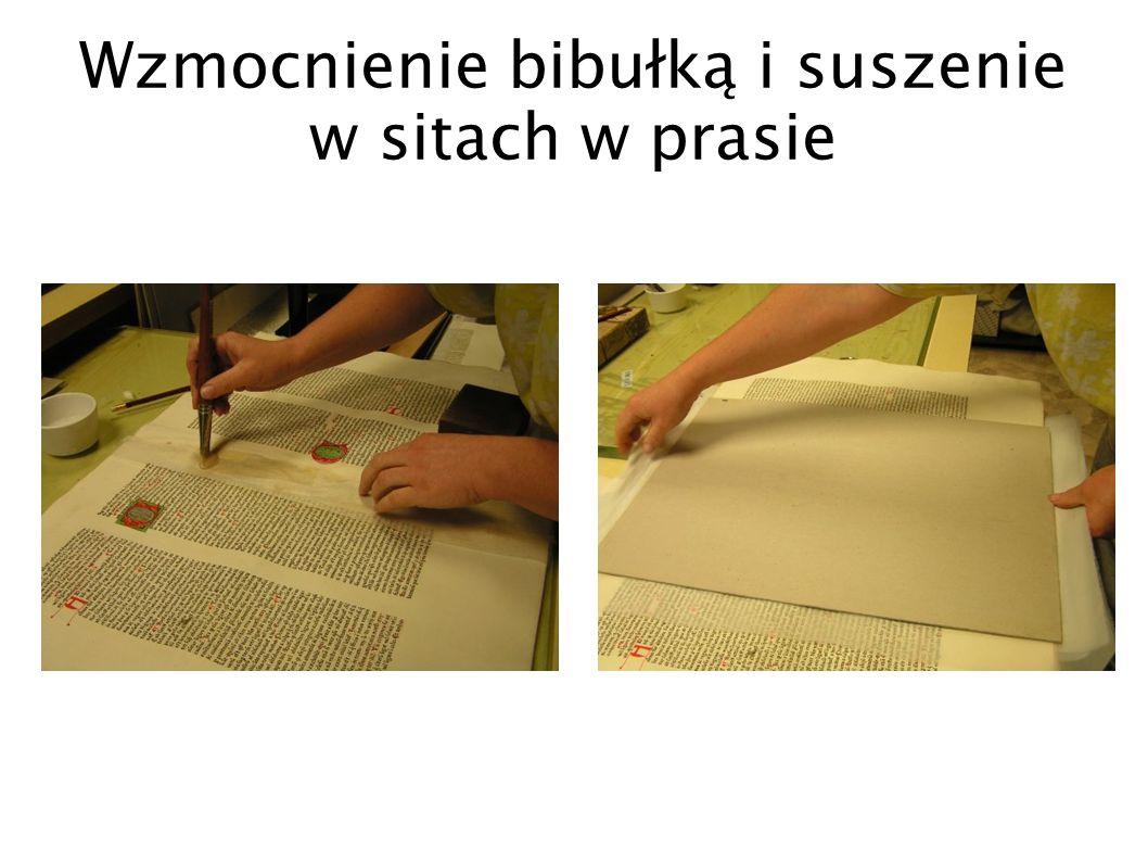Wzmocnienie bibułką i suszenie w sitach w prasie