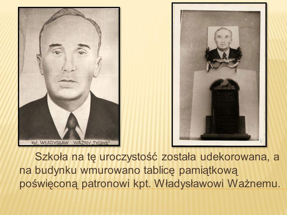 Szkoła na tę uroczystość została udekorowana, a na budynku wmurowano tablicę pamiątkową poświęconą patronowi kpt. Władysławowi Ważnemu.