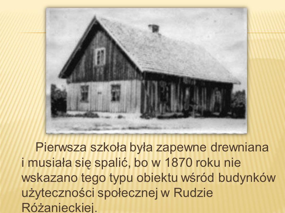 Pierwsza szkoła była zapewne drewniana i musiała się spalić, bo w 1870 roku nie wskazano tego typu obiektu wśród budynków użyteczności społecznej w Ru