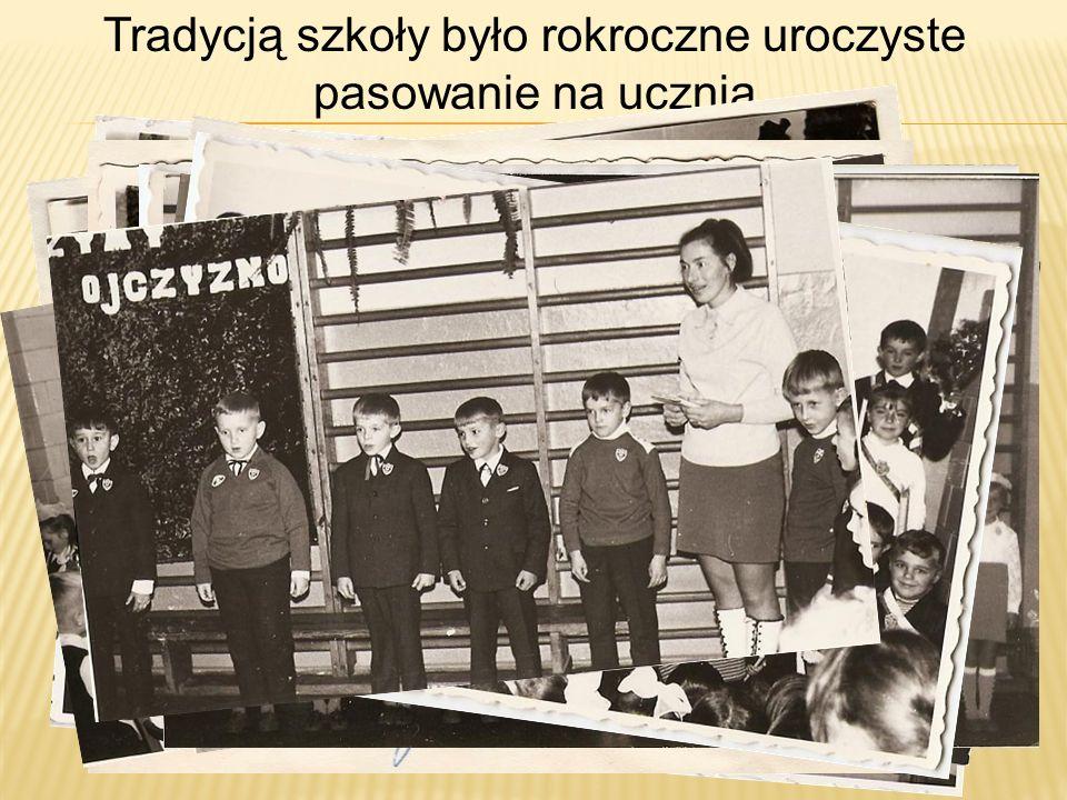 Tradycją szkoły było rokroczne uroczyste pasowanie na ucznia.