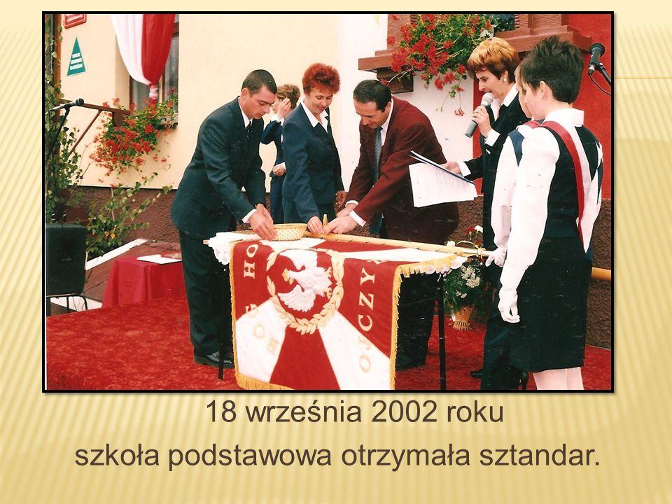 18 września 2002 roku szkoła podstawowa otrzymała sztandar.