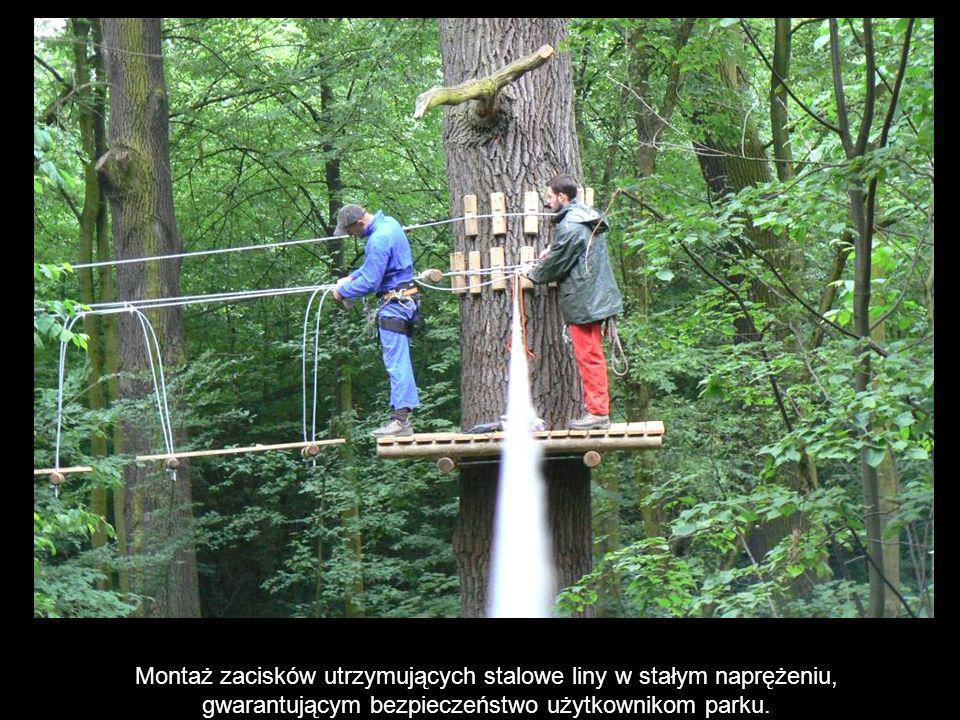 Montaż zacisków utrzymujących stalowe liny w stałym naprężeniu, gwarantującym bezpieczeństwo użytkownikom parku.