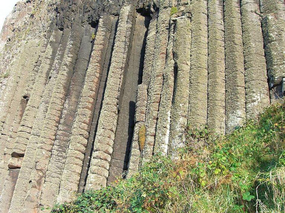 162 stopnie prowadzą w dół, do poziomu morza i rozwidlenia ścieżki pod 12-metrowymi bazaltowymi kolumnami, znanymi jako Organ Pipes (Piszczałki Organo