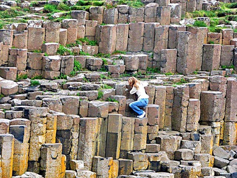Średnia szerokość bazaltów wynosi tu około 46 cm, wysokość zaś 1 do 2 m. W najszerszym miejscu droga osiąga szerokość 180 m, a w morze wchodzi na odle