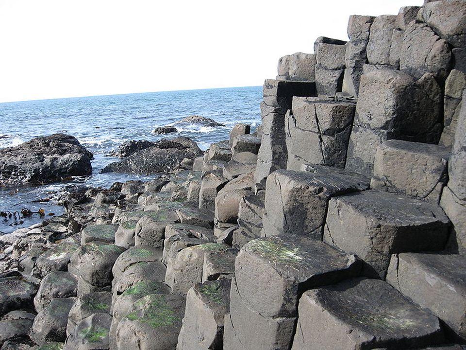 Wiele nazw nadali słupom przewodnicy, którzy proponowali swoje usługi podróżnikom w XVIII i XIX w. Jedna z formacji, Chimney Point (Czubek Komina), ma