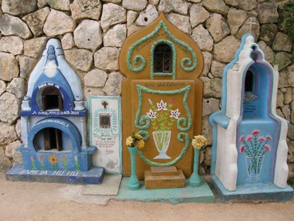 Nagrobki są bardzo zróżnicowane, pięknie i w indywidualny sposób udekorowane, z użyciem różnych kolorów, form i materiałów.
