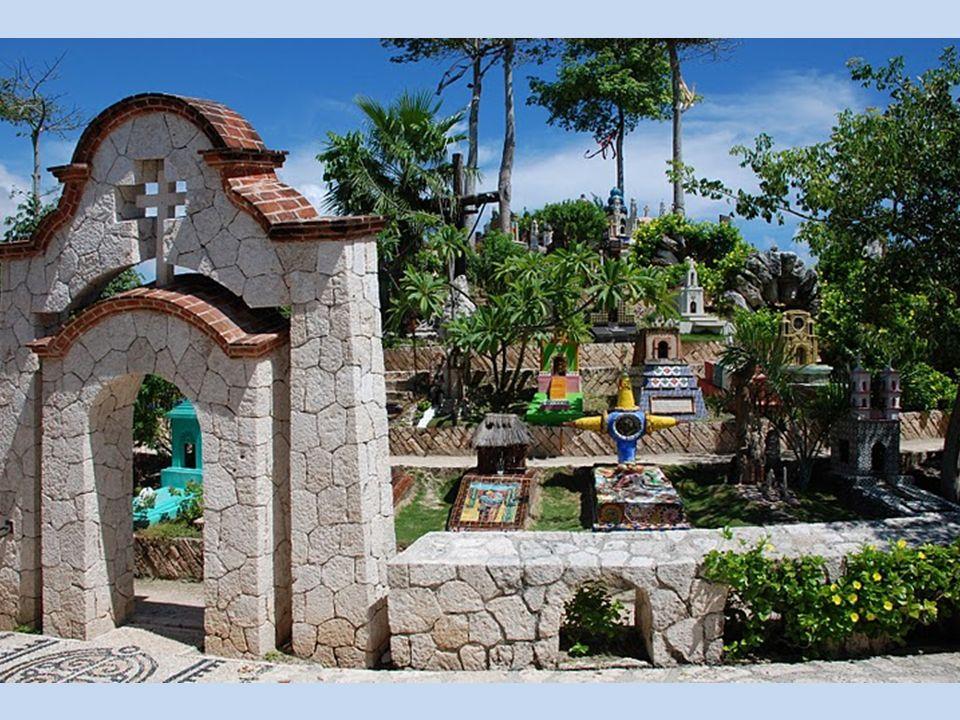 Obok siebie są symbole z cmentarzy Majów (np.święte drzewa kapokowe, woda-jako źródło życia, muszle do porozumiewania się z bogami) oraz symbole katol