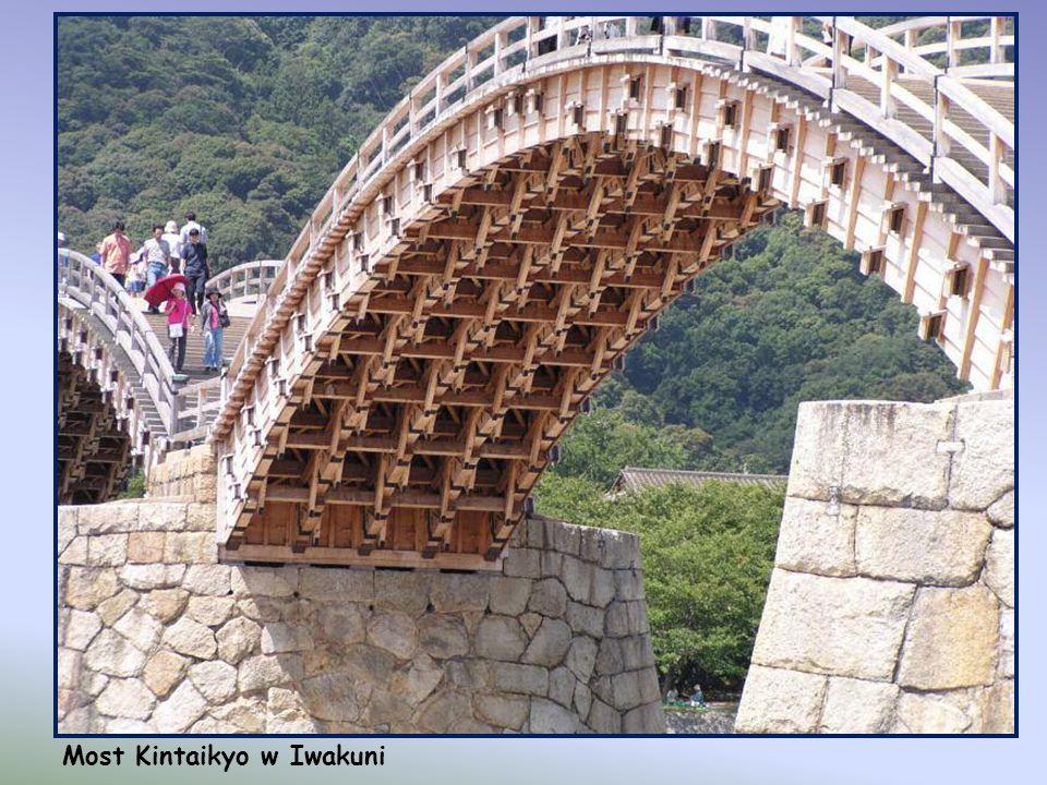 Most Kintaikyo w Iwakuni, Japonia. Oryginalny most Kintai został zbudowany w 1673 roku, ale uległ zniszczeniu podczas jednej z powodzi. Odbudowany prz