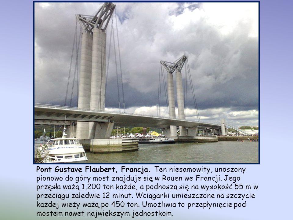 Most Henderson Waves – Singapur. Kładka mostu wykonana została z tysięcy listewek drzewa balau, perfekcyjnie przyciętych i ułożonych. 274-metrowy most
