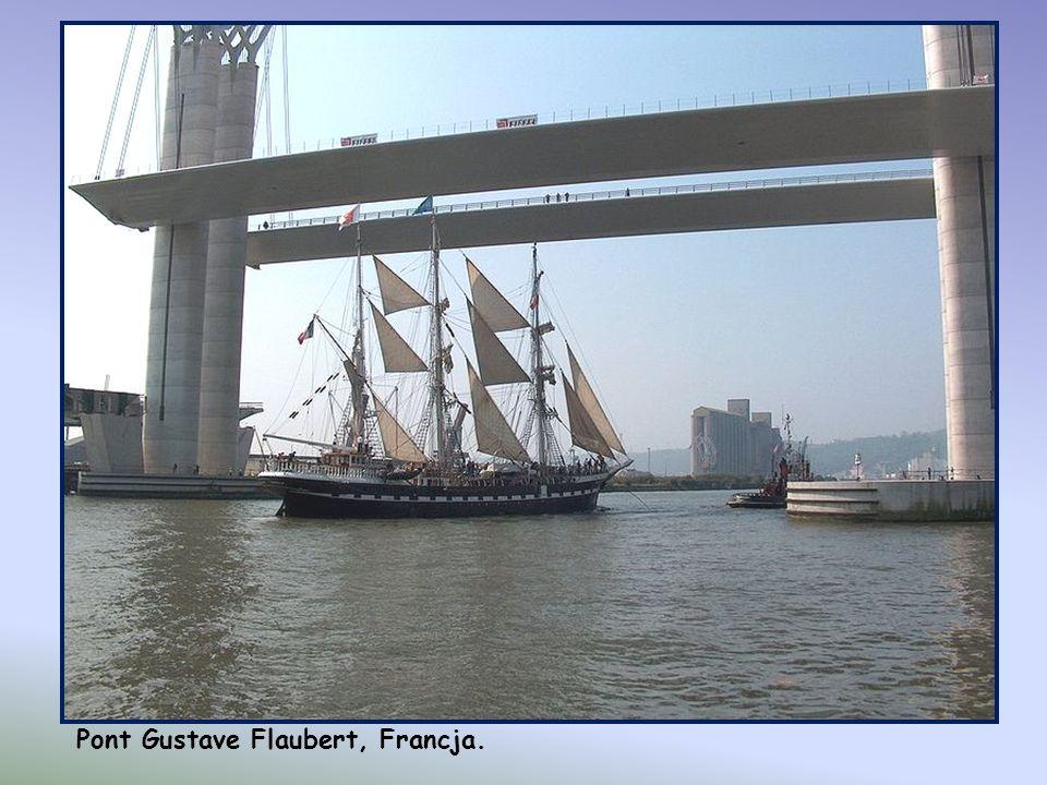 Pont Gustave Flaubert, Francja. Ten niesamowity, unoszony pionowo do góry most znajduje się w Rouen we Francji. Jego przęsła ważą 1,200 ton każde, a p
