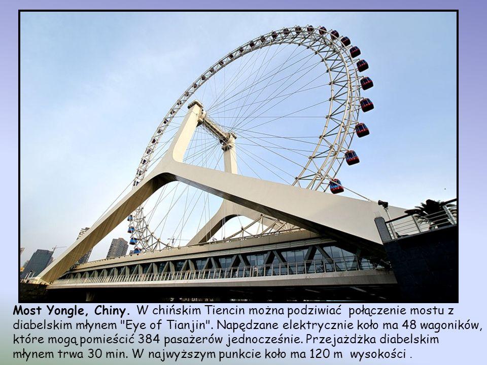Langkawi Sky Bridge, Malezja-wyspa Langkawi, należy do najpiękniej położonych na świecie. Został ukończony w 2004 r. Znajduje się na wysokości 700 m n