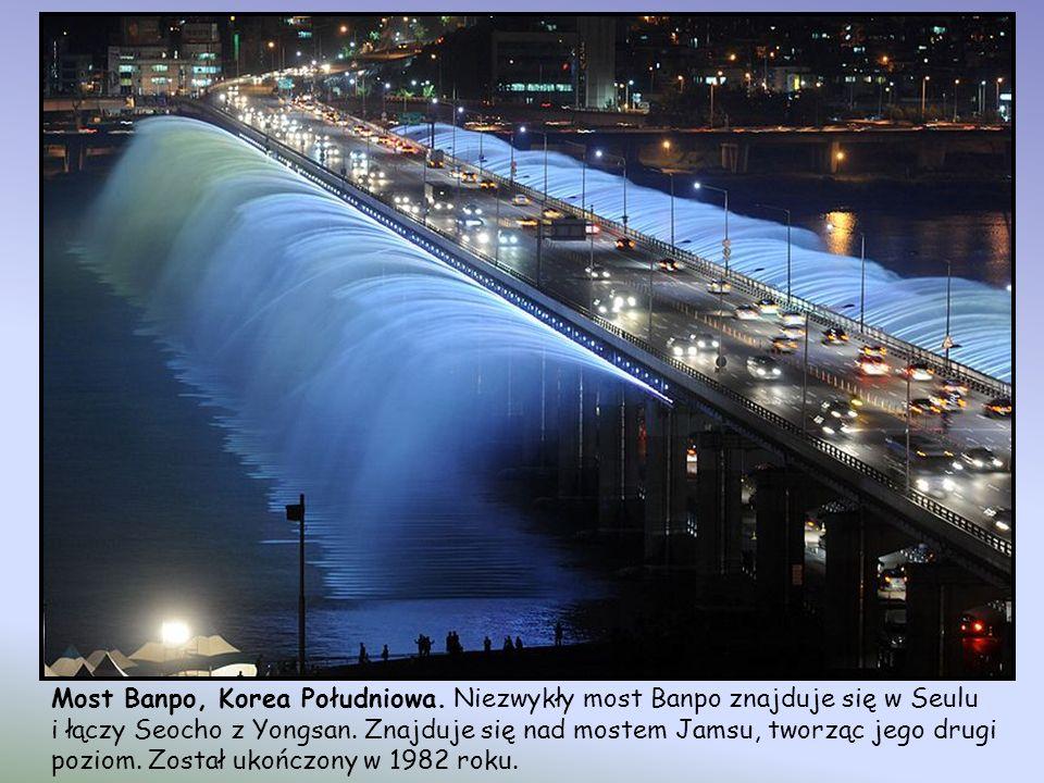 Most Sundial - most wiszący o długości 213 m - dla pieszych, w Redding, w stanie Kalifornia, nad rzeką Sacramento. Most został zaprojektowany przez hi