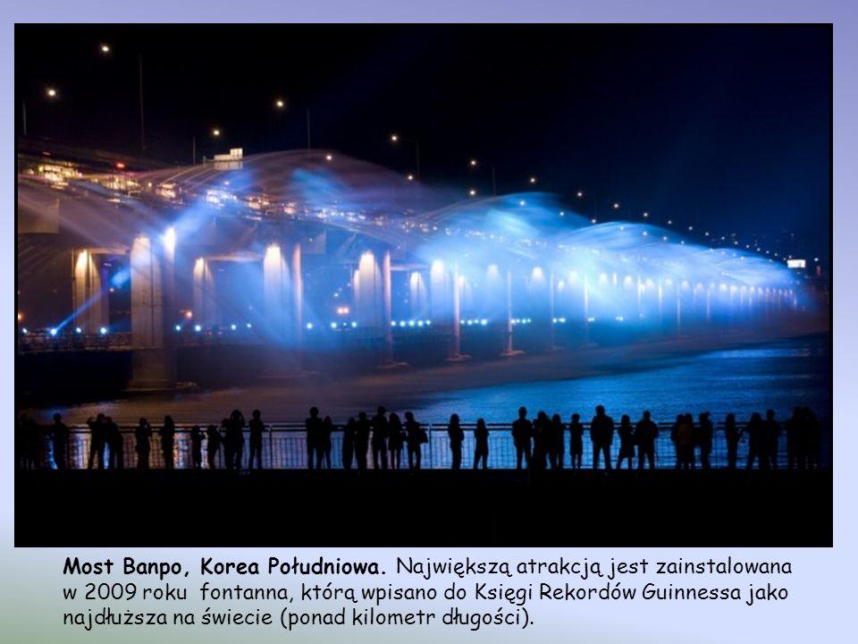 Most Banpo, Korea Południowa. Niezwykły most Banpo znajduje się w Seulu i łączy Seocho z Yongsan. Znajduje się nad mostem Jamsu, tworząc jego drugi po