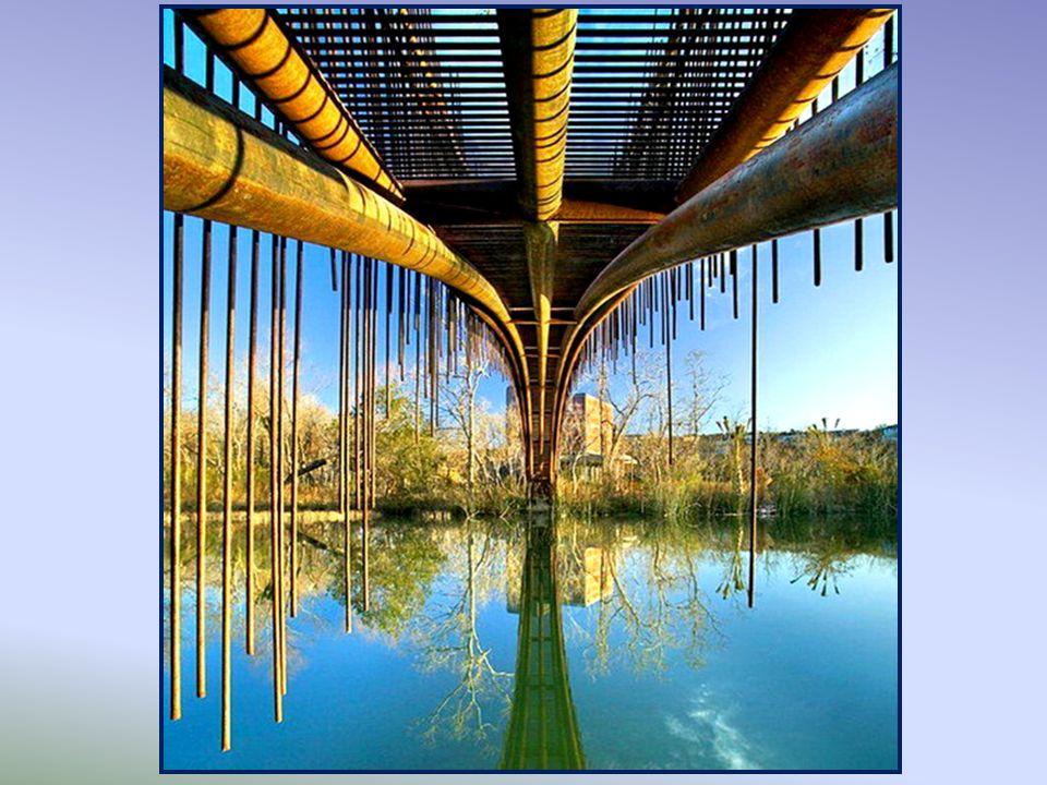 Pedestrian Bridge, Texas. Ten piękny most łukowy został zbudowany w Lake Austin przez firmę Miro Rivera Architects, po to, by połączyć dom klienta z m