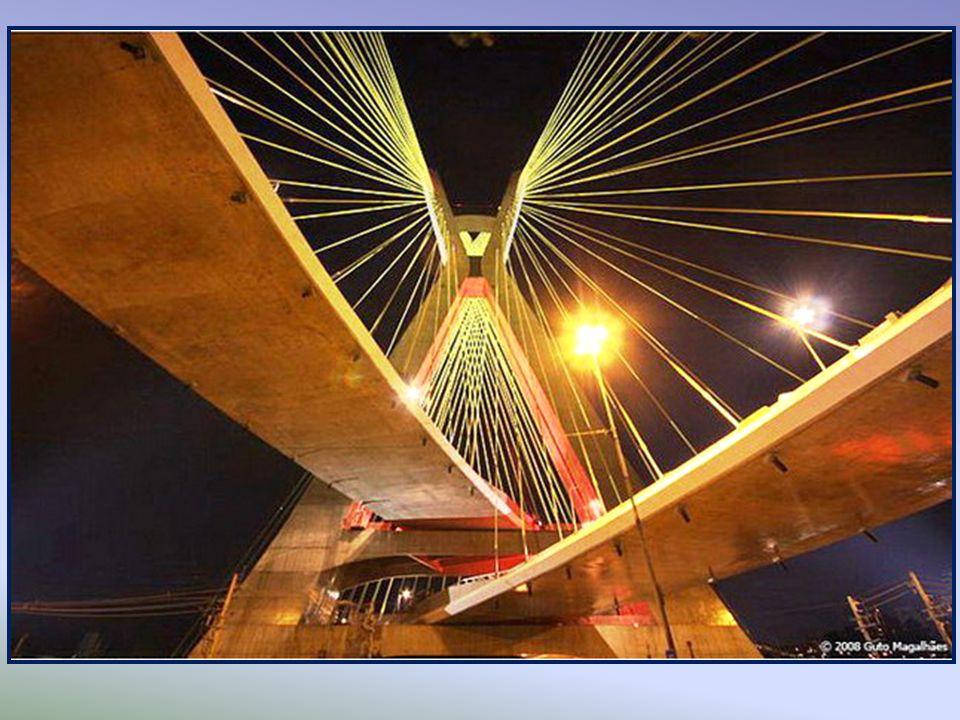 Octavio Frias de Oliveira Bridge W moście zainstalowano różnokolorowe diody LED sterowane przez komputer. W nocy widać różne formy i kształty.