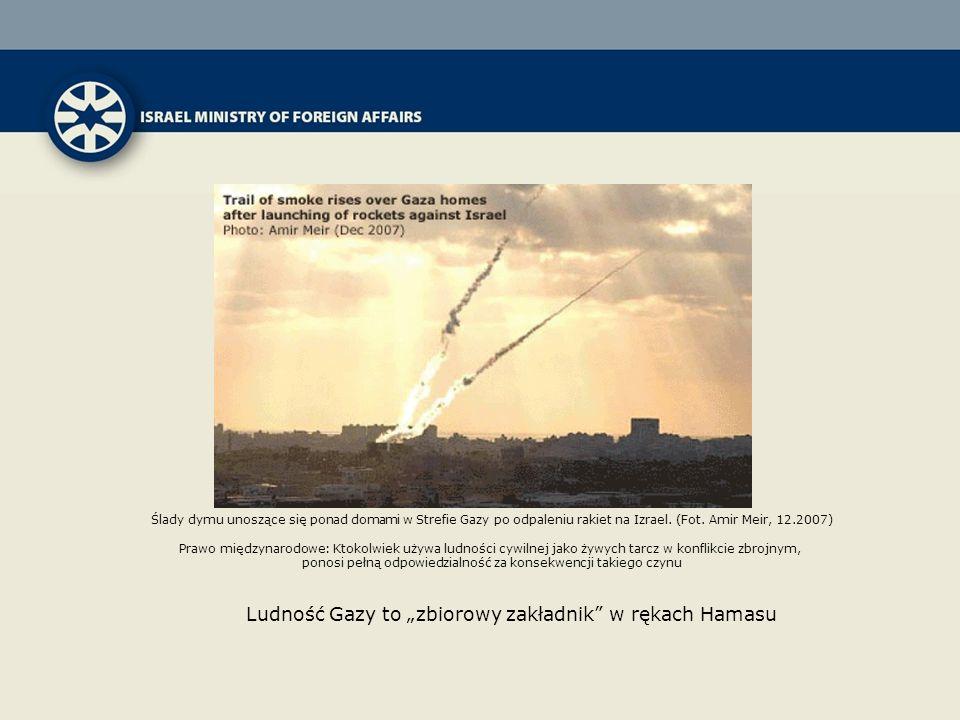 Ślady dymu unoszące się ponad domami w Strefie Gazy po odpaleniu rakiet na Izrael. (Fot. Amir Meir, 12.2007) Prawo międzynarodowe: Ktokolwiek używa lu