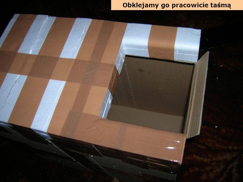 Teraz pracowicie obklejamy pudełko taśmą, traktując ją jak coś w rodzaju sznurka spajającego i wzmacniającego konstrukcję