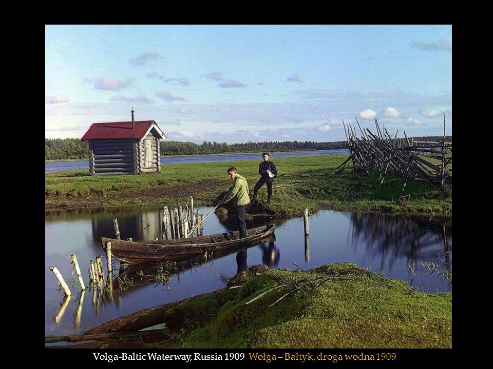 Prokudin-Gorskii (right front) rides along on a handcar outside Petrozavodsk on the Murmansk railway along Lake Onega in 1910 Prokudin-Gorski (po prawej stronie z przodu) na drezynie 1910